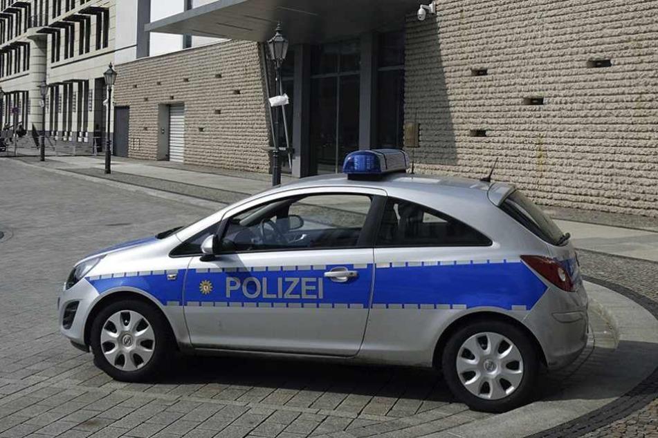 Ein solcher Opel wurde mit einem Verkehrsschild demoliert.