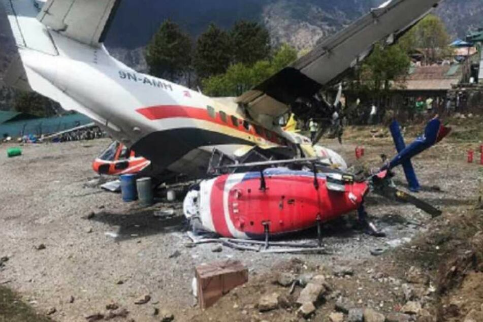Das Flugzeug raste in den geparkten Hubschrauber. Drei Menschen sind tot drei schwer verletzt