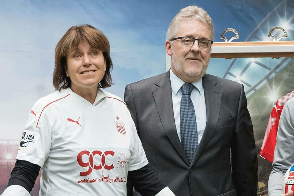 Zwickaus Oberbürgermeisterin Pia Findeiß (61, SPD) fühlt sich im Jubiläumstrikot zum Stadtgeburtstag der Fußballer des FSV Zwickau sichtlich wohl. Auch Volker Schneider (58) vom Energieversorger ZEV gefällt es.