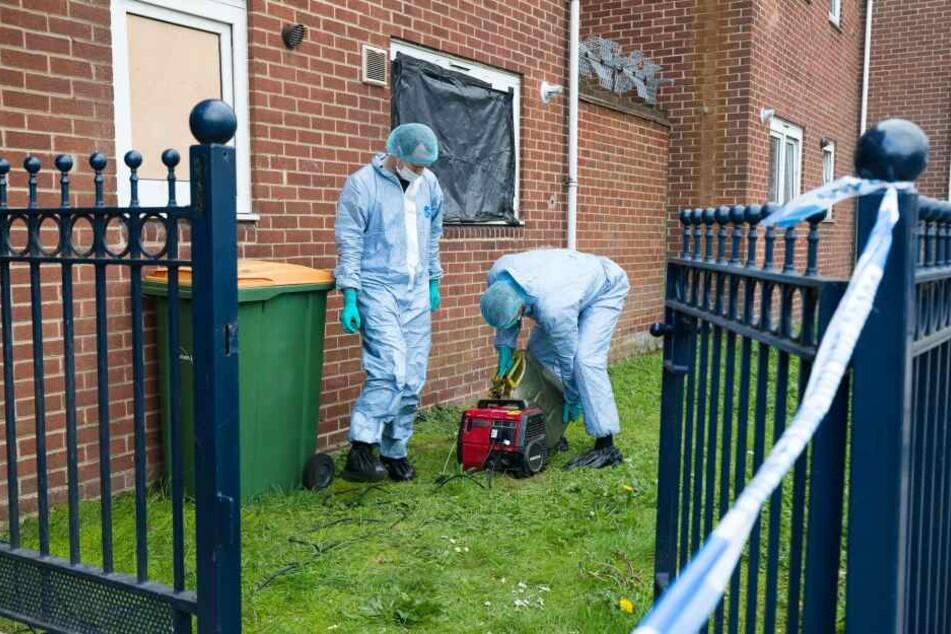Mitarbeiter der Spurensicherung am Montag am Tatort in London.