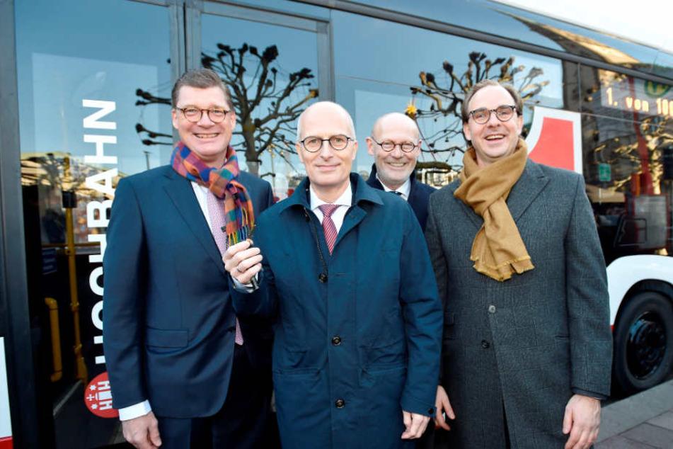 Stolz präsentieren die Verantwortlichen den Elektrobus: v.l.n.r. Till Oberwörder (Daimler), Bürgermeister Peter Tschentscher, Michael Westhagemann (Wirtschaftssenator) und Henrik Falk (Hochbahn)