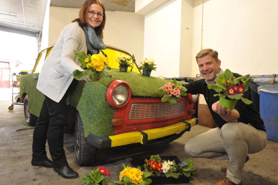 Jens Preißler (38), Manager der Zwickau-Arkaden, und Mitarbeiterin Andrea  Schneider (35) dekorieren einen Trabi frühlingsfrisch.