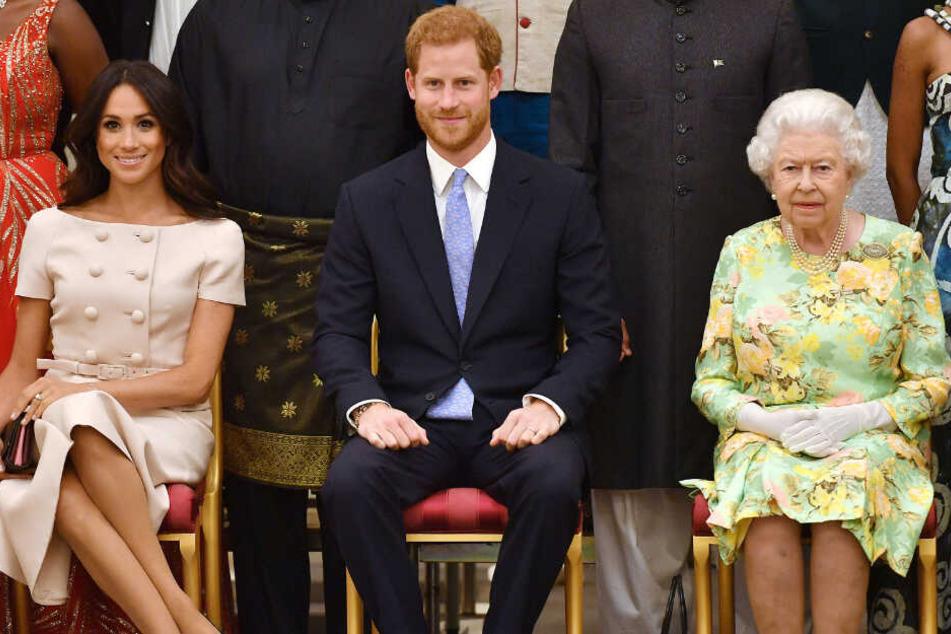 """Prinz Harry (35), seine Frau Meghan (38) und die Queen (93) auf einem Foto aus """"alten Zeiten""""."""