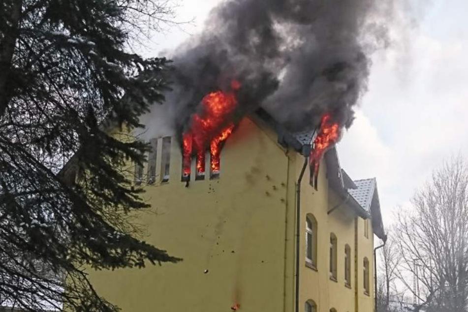 Die Wohnung im Dachgeschoss steht komplett in Flammen.
