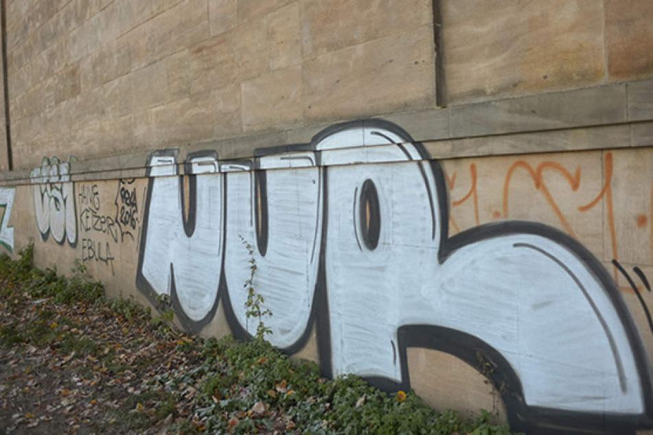 An der Albertbrücke muss die Stadt Graffiti entfernen, die auf den Sandstein  gesprüht wurden.