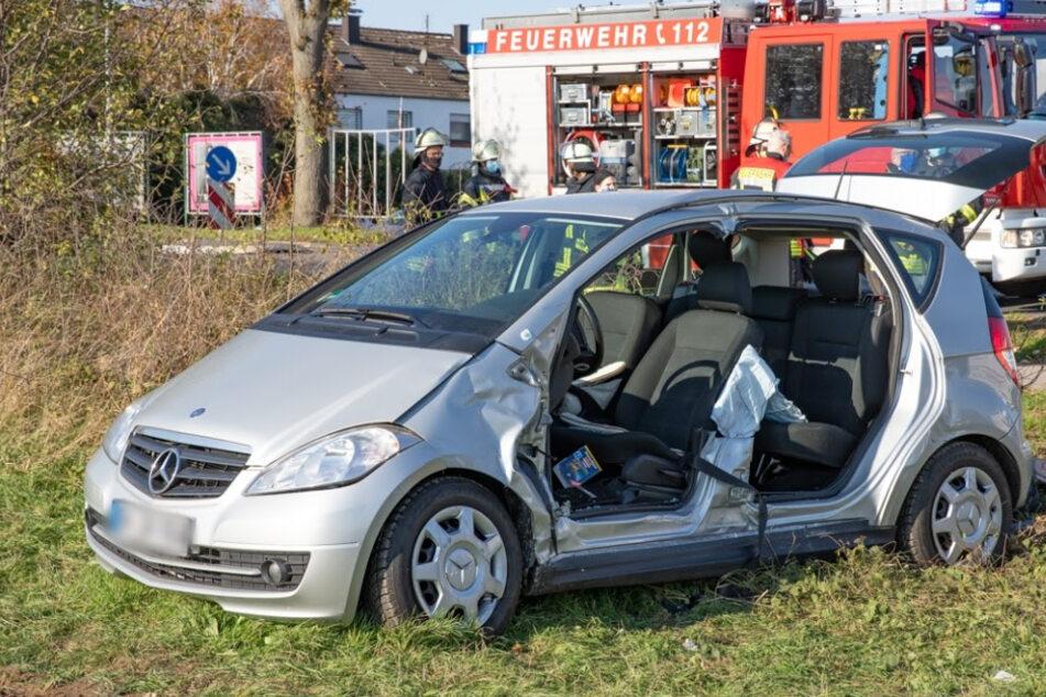 Ein Mercedes-Fahrer hat beim Abbiegen offenbar einen LKW übersehen und konnte die Kollision nicht mehr verhindern.