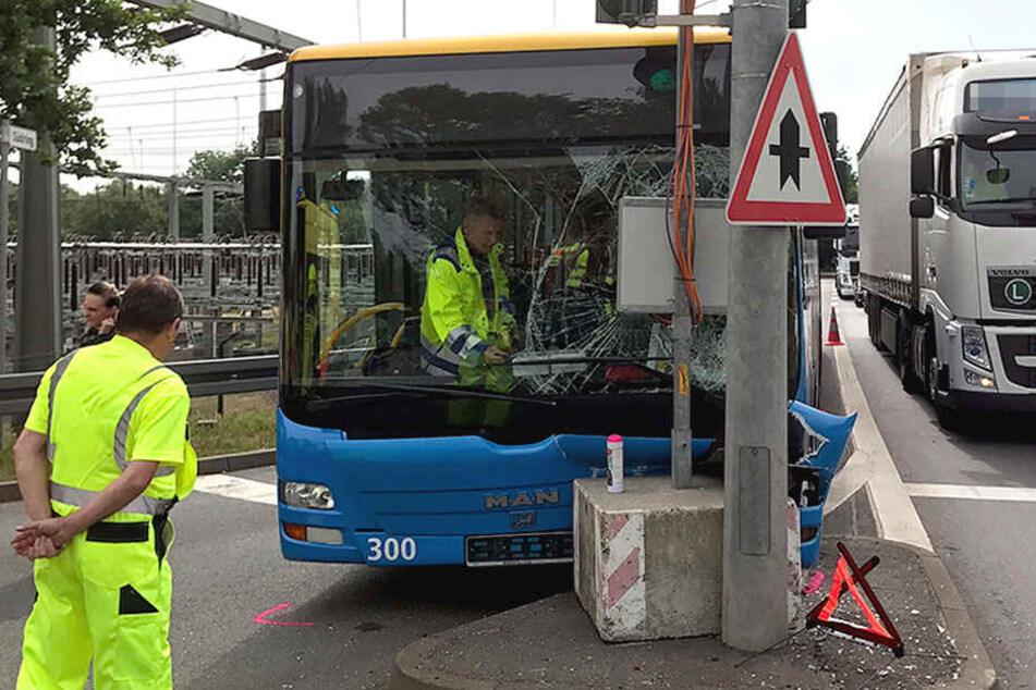 Der Bus krachte in eine Ampelanlage.