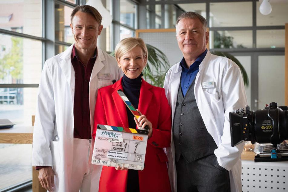 Von links: Dr. Stein (Bernhard Bettermann), Dr. Globisch (Andrea Kathrin Loewig) und Dr. Heilmann (Thomas Rühmann) sind wieder zurück am Set.