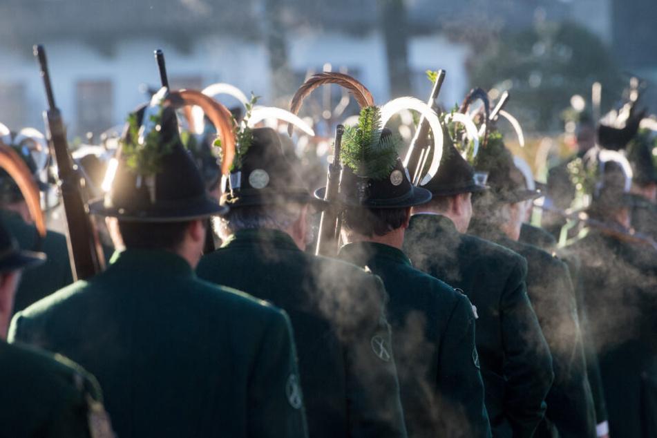 """Gebirgsschützen gehen bei einer Gedenkfeier für die Opfer der """"SendlingerMordweihnacht"""" durch den Ort."""