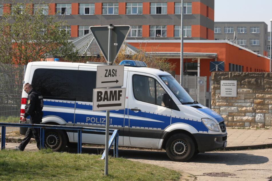 Tumulte in Asylunterkunft: Isolierte Bewohner werfen Quarantäne-Zäune um