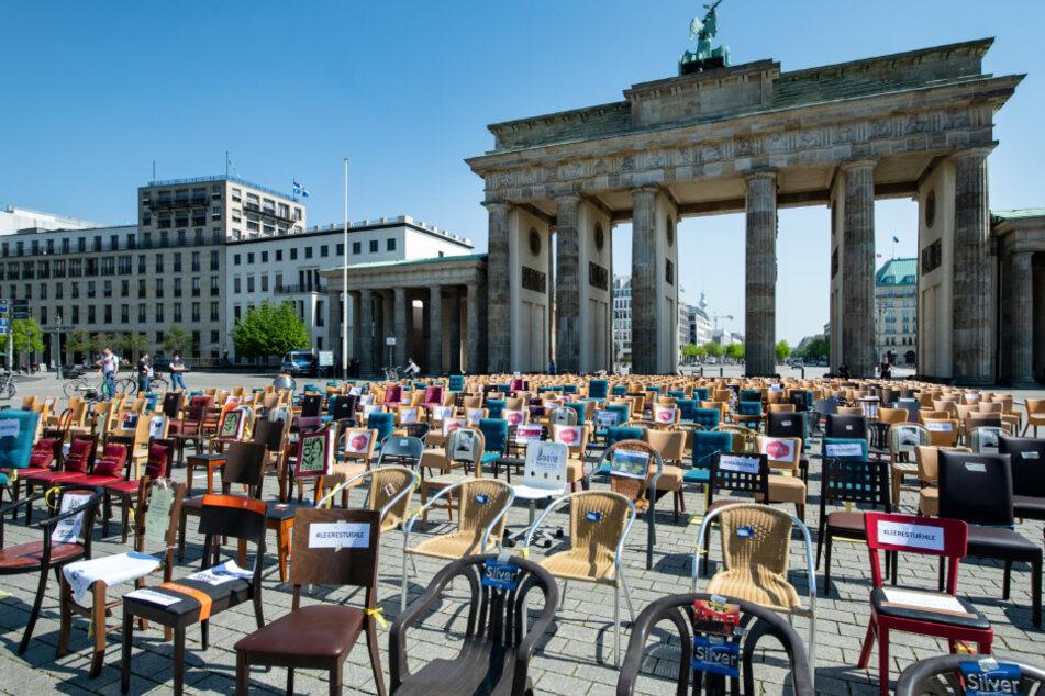 """Berliner Gastronomen der nach eigenen Angaben unabhängig und privat organisierten Initiative """"Leere Stühle"""" haben fast 800 Stühle vor dem Brandenburger Tor aufgestellt, um auf die schwierige Lage ihrer Branche hinzuweisen."""