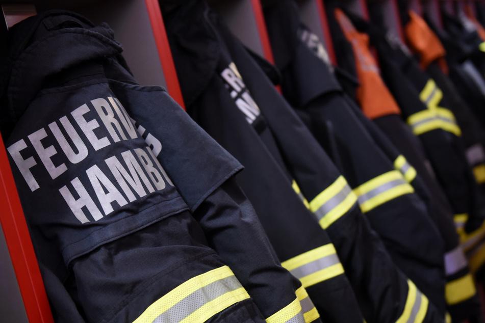 Als die Feuerwehr eintraf, fanden die Rettungskräfte den 73-Jährigen mit lebensgefährlichen Brandverletzungen in seinem Bett liegend vor. (Symbolbild)