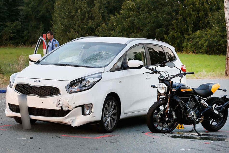 Der 48-jährige Motorradfahrer ist bei der Kollision mit dem Auto schwer verletzt worden.