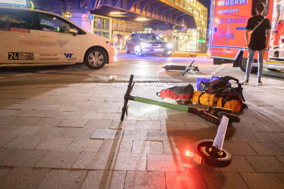 Der E-Scooter liegt nach dem Unfall auf der Straße.