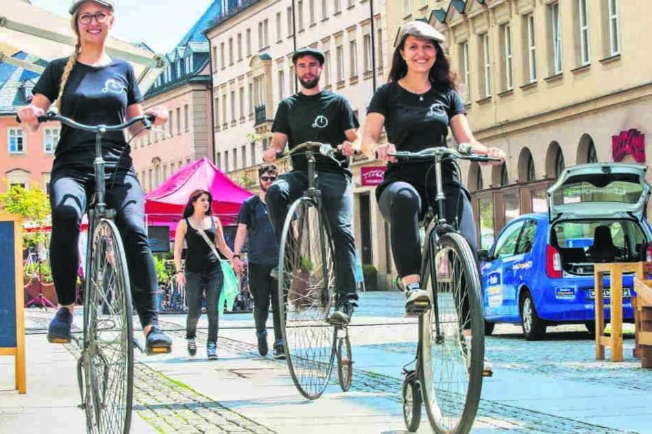 Pia (27), Sebastian (31) und Svenja (23, v.l.) bringen den Chemnitzern das Hochradfahren bei.