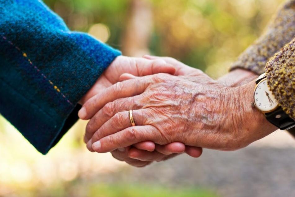 Ehepaar stirbt nach 70 Jahren Ehe Hand in Hand innerhalb weniger Minuten