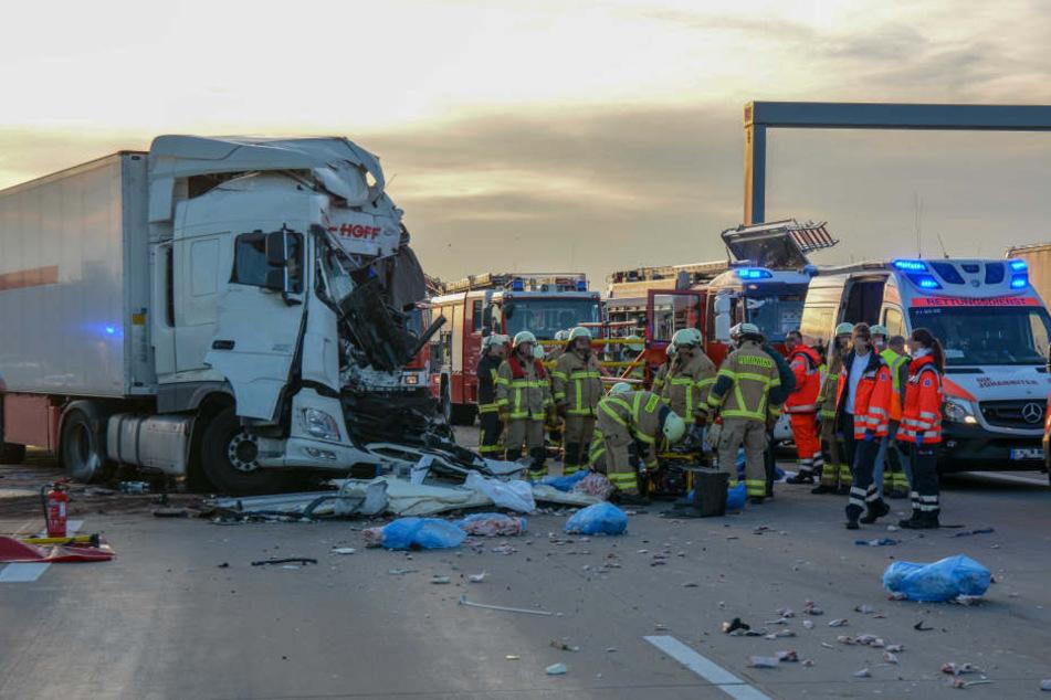 Einer der Lkw-Fahrer starb noch am Unfallort.