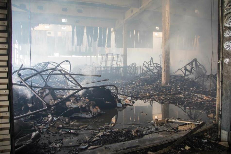 Blick in die zerstörte Halle.