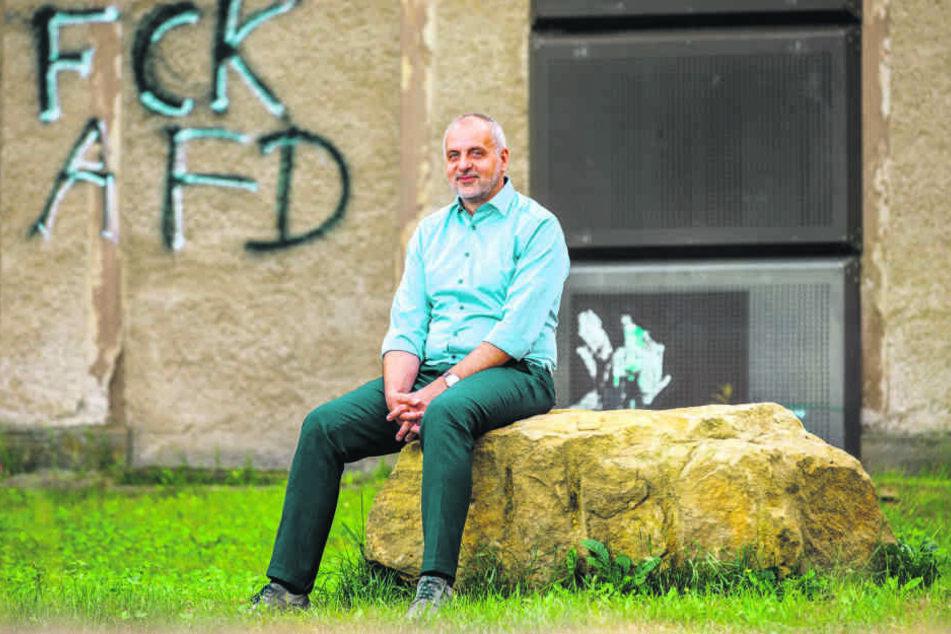 Rico Gebhardt (56) vor dem Bahnhofsgebäude in Lohmen. Der Politiker ist, wie schon 2014, Spitzenkandidat der Linken