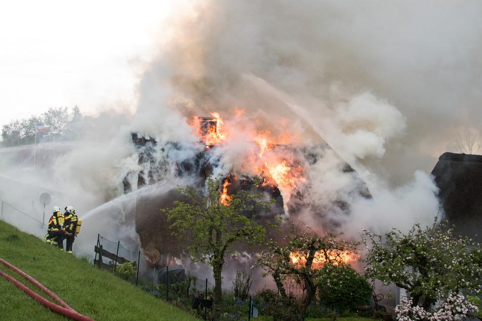 Blitz schlägt in Reetdachhaus ein: Sieben Menschen verletzt