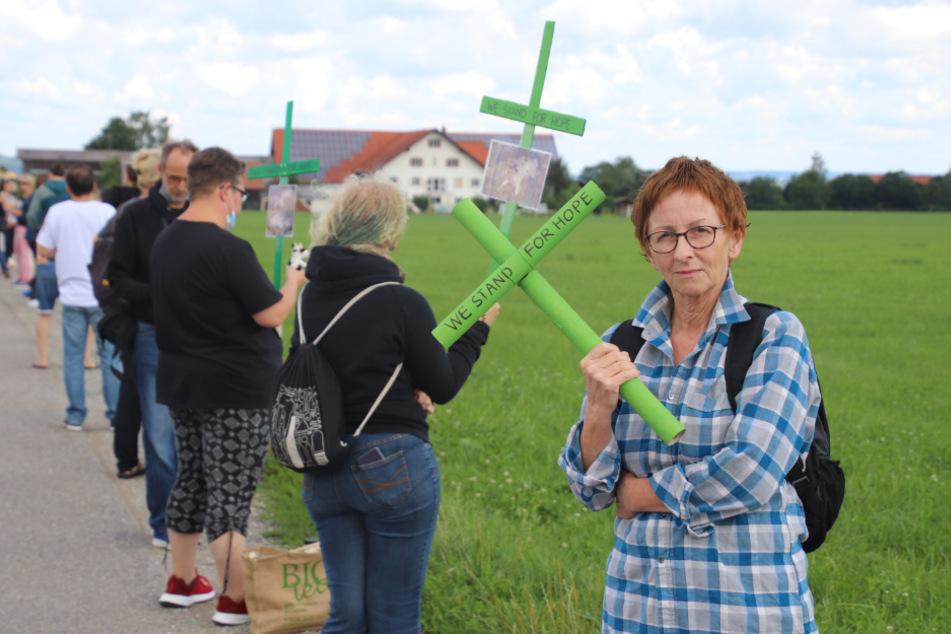 """Mit grünen Kreuzen in den Händen und dem Motto """"We stand for hope"""" fordern Mitglieder von Tierrechtsvereinen bei einer Mahnwache eine konsequente Aufklärung im Allgäuer Tierschutz-Skandal."""