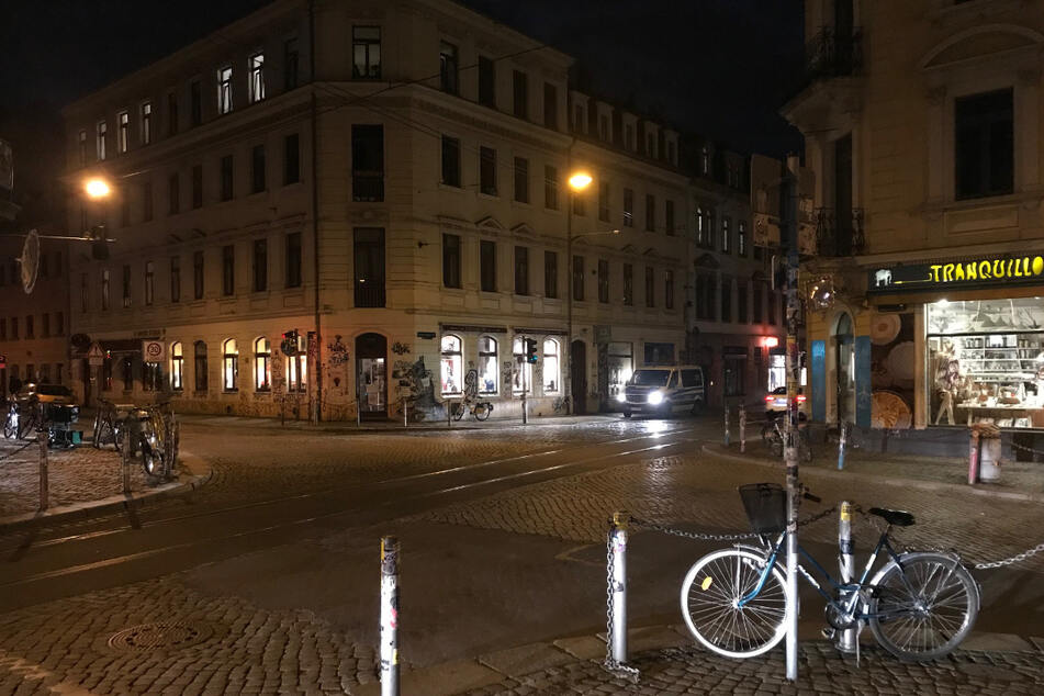 Nach dem Demo-Ende zog gegen 22.15 Uhr auch die Polizei wieder ab, die zwischenzeitlich mit einem Großaufgebot vor Ort war.
