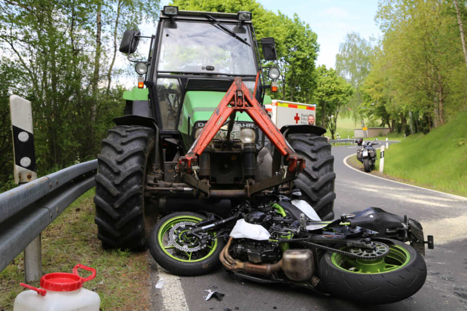 Der Motorradfahrer krachte frontal in den Traktor.