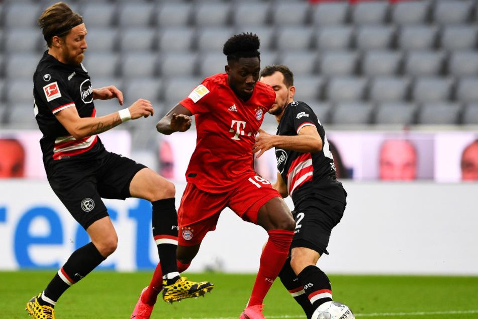 Unaufhaltsamer Sololauf: Alphonso Davies (M.) legt für den FC Bayern München nach diesem Tempodribbling das 5:0 nach.