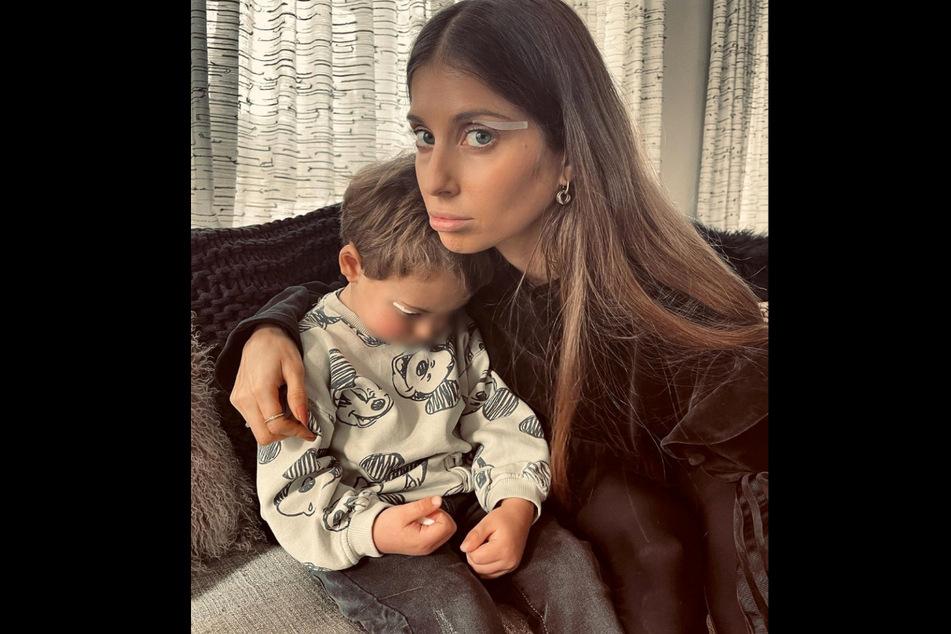 Cathy Hummel (33) hält ihren Sohn Ludwig (3) im Arm.