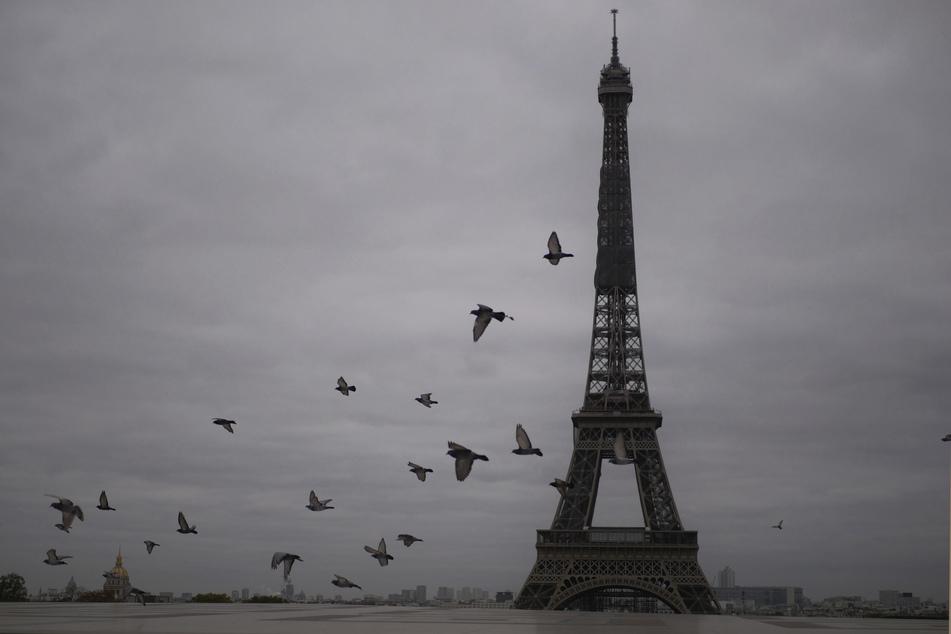 Der Eiffelturm in Paris hat bald seine zweite Corona-bedingte Schließung überstanden.