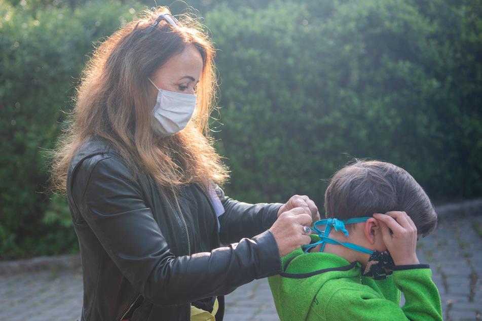 Eine Maske für dich, eine Maske für mich: Ab sofort muss vor der Schule Mund-Nase-Schutz angelegt werden.
