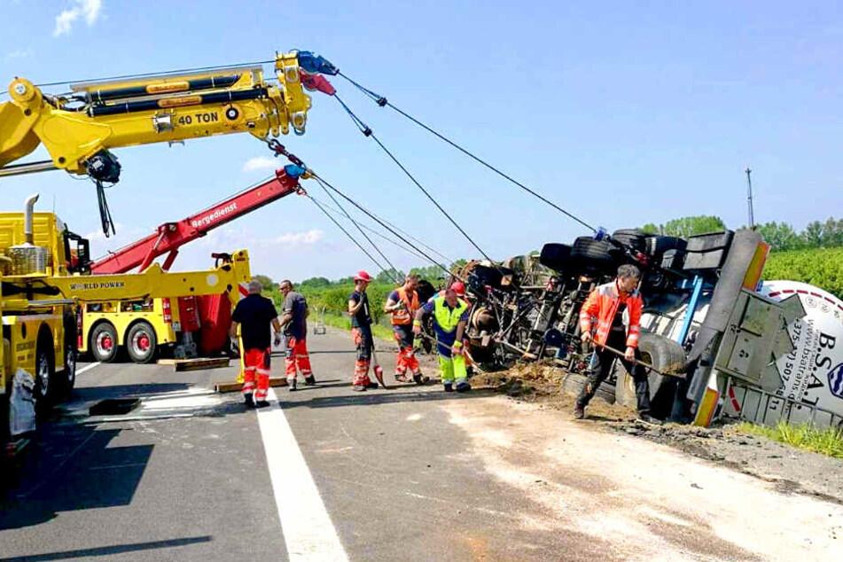 Am Sonntag wurde der ausgebrannte Lkw aus dem Straßengraben der A12 geborgen.