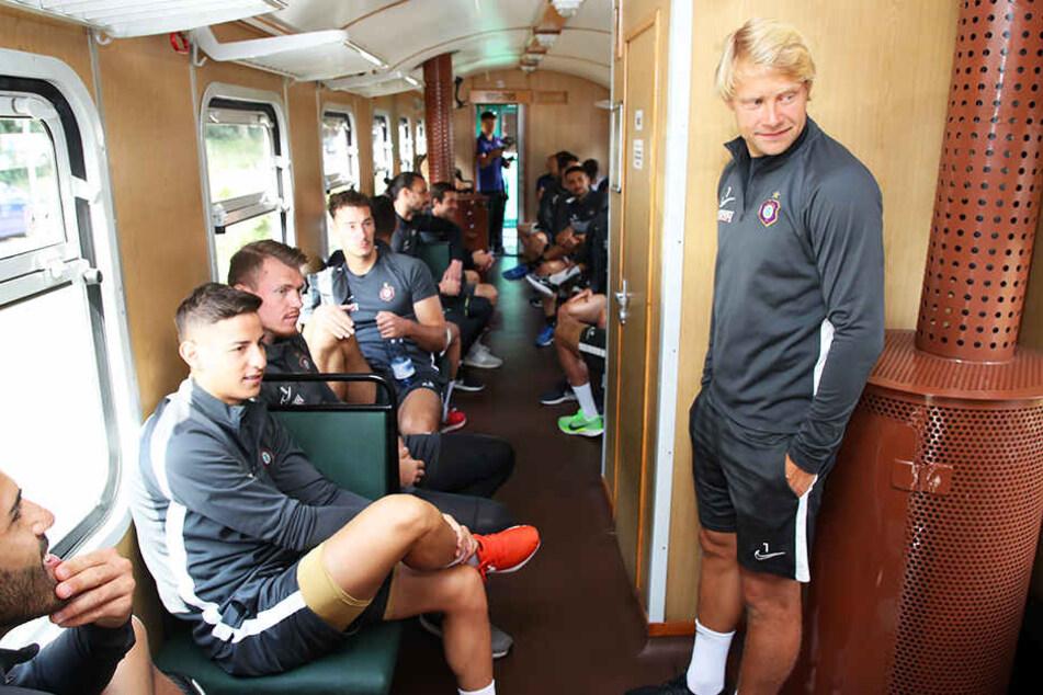 Die FCE-Kicker im Zug. Rechts steht Jan Hochscheidt, links sitzt Nicolas Sessa.