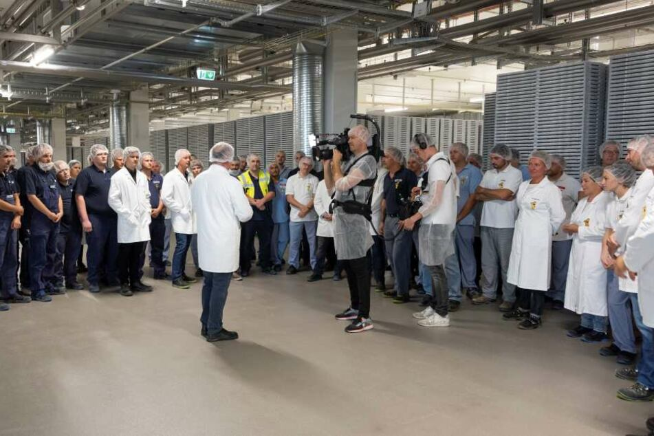 Mitarbeiter von Haribo bei der Einweihung der neuen Fabrik in Grafschaft.