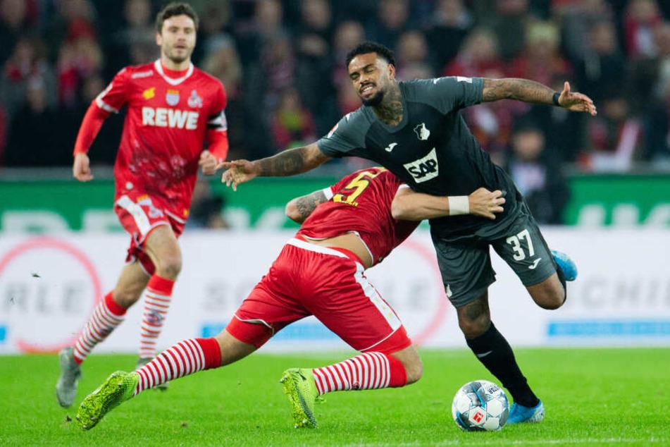 Kölns Rafael Czichos (l) und Hoffenheims Jürgen Locadia versuchen an den Ball zu kommen.