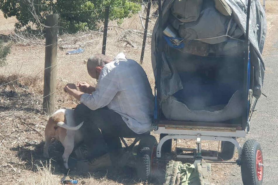 So sah der Lasterfahrer den Fremden mit seinem Hund am Straßenrand sitzen.
