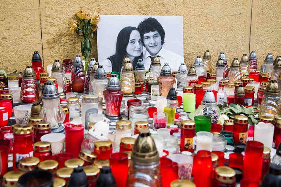 Kerzen sind neben einem Bild des Investigativ-Journalisten Kuciak und seiner Verlobten Martina aufgestellt. Das Paar wurde in seinem Haus in Velka Maca erschossen.