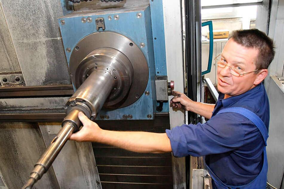 Firmenbesuch im Jahr 2009: Facharbeiter Jürgen Schneider (damals 57) richtet ein Union-Horizontalbohrwerk ein.