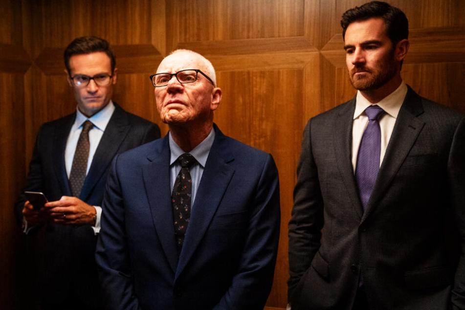 US-Medienmogul Rupert Murdoch (M., Malcolm McDowell) greift mit seinen Söhnen Lachlan (l., Ben Lawson) und James (Josh Lawson) gegen Ailes durch.