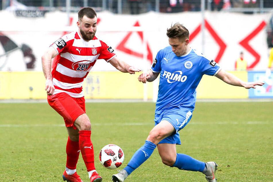 Sascha Härtel (r.) im Trikot des FC Erzgebirge im Spiel gegen den SV Sandhausen - hier versucht er den Schuss von Rurik Gislason zu blocken.