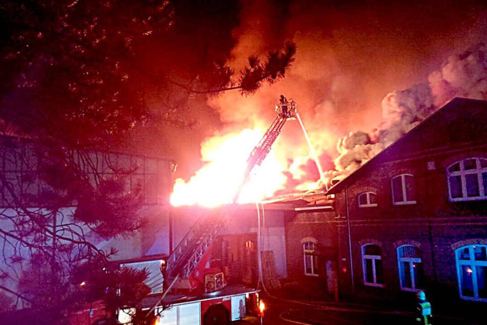 34 Stunden lang brannte die Color-Textil-Fabrik in Frankenberg. Der Schaden  beträgt mehrere Millionen Euro.