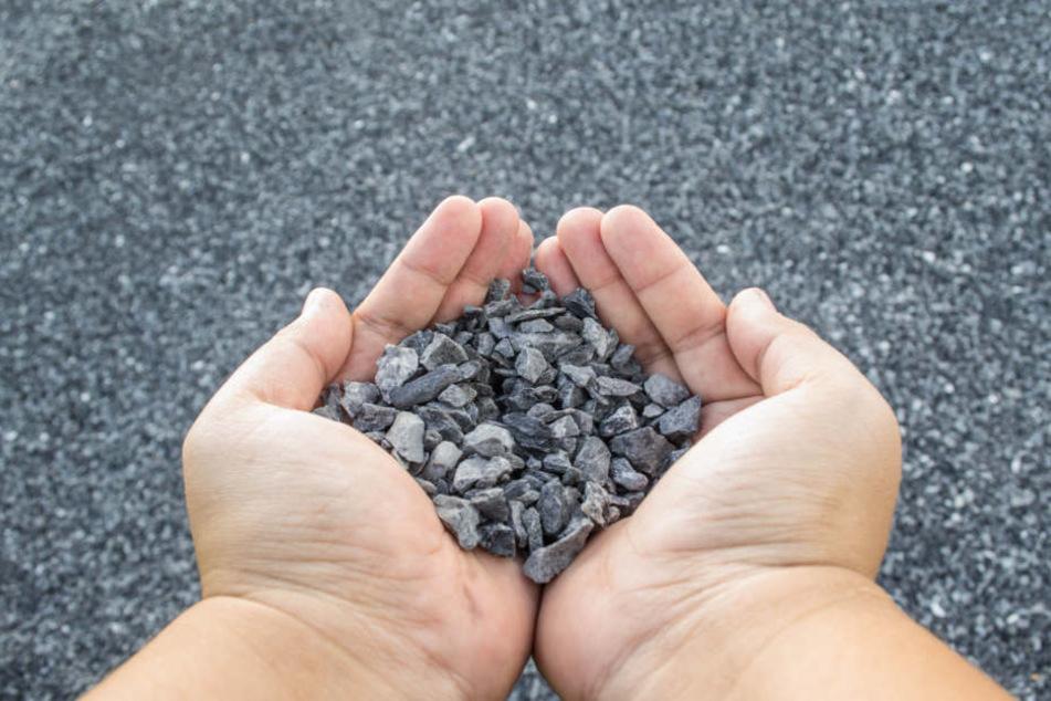 Großeinsatz: Kinder klettern auf Dach von Heim und bewerfen Polizisten mit Steinen