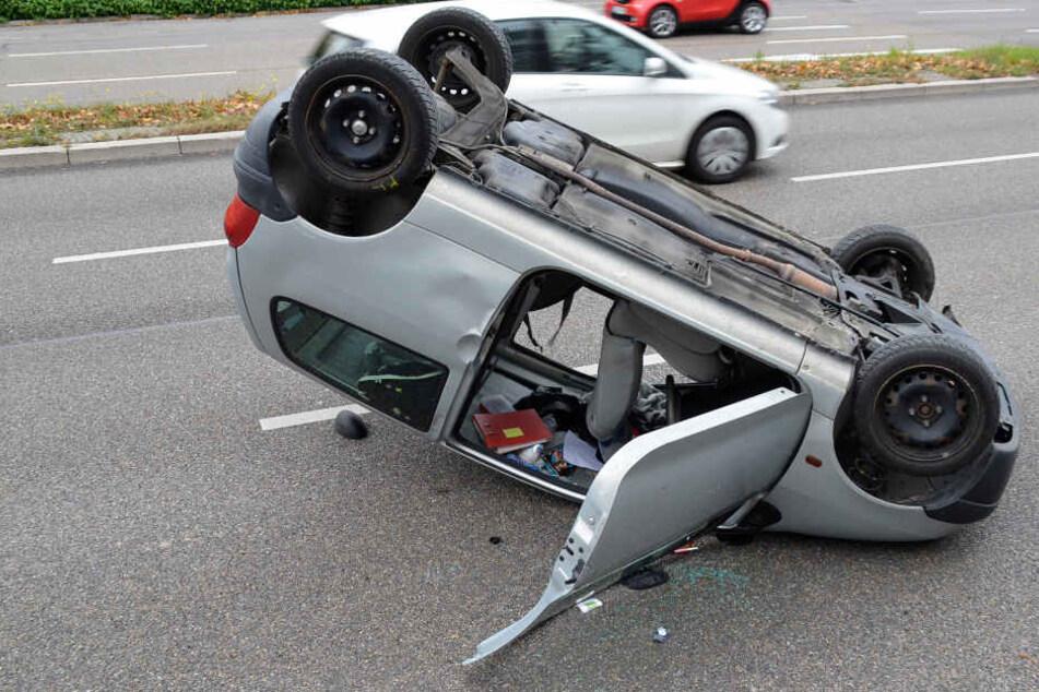 Nach dem Crash lag der Twingo auf dem Dach.