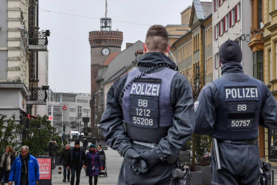 Polizisten der Hunderschaft sollen verstärkt in Cottbus Präsenz zeigen. (Bildmontage)