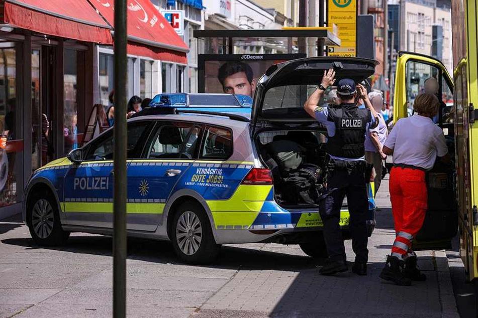 Polizei und Rettungswagen vor der Bäckerei-Filiale auf der Kesselsdorfer Straße.