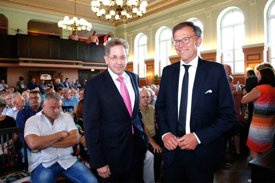 """Hans-Georg Maaßen (56) Donnerstagabend zusammen mit Landtagspräsident Matthias Rößler (64, beide CDU) im """"Goldenen Anker"""" in Radebeul."""