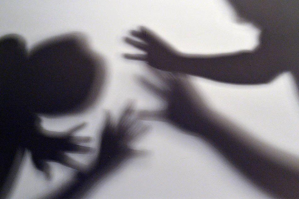 Wegen sexuellen Missbrauchs von Kindern und Schutzbefohlenen hat die Staatsanwaltschaft Trier den Leiter eines Gymnasiums angeklagt. (Symbolbild)