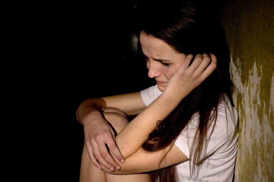 13 Jährige Allein Zu Hause Männer Vergewaltigen Junges Mädchen