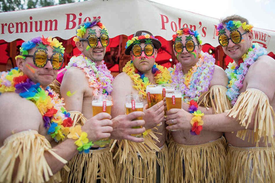 Englische Touristen hatten auf der Biermeile sichtlich Spaß.