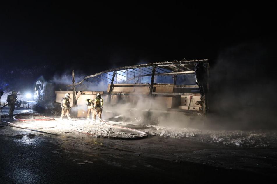 Der Lkw geriet auf einer Unterführung in Brand.